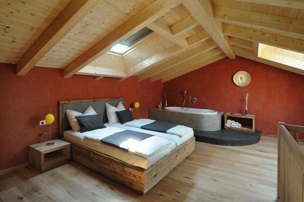 Oberglunigerhof tscherms urlaub auf dem bauernhof - Camera da letto con travi in legno ...